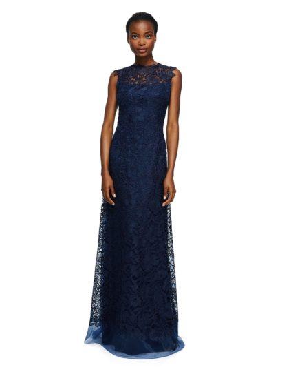 Простое и роскошное вечернее платье создано из темно-синего цветочного кружева, покрывающего подобранную в тон подкладку по всей длине. Прекрасный наряд без рукавов притягивает внимание декольте с иллюзией полупрозрачности. Это вечернее платье прямого силуэта можно назвать идеальным выбором для любого торжественного повода.