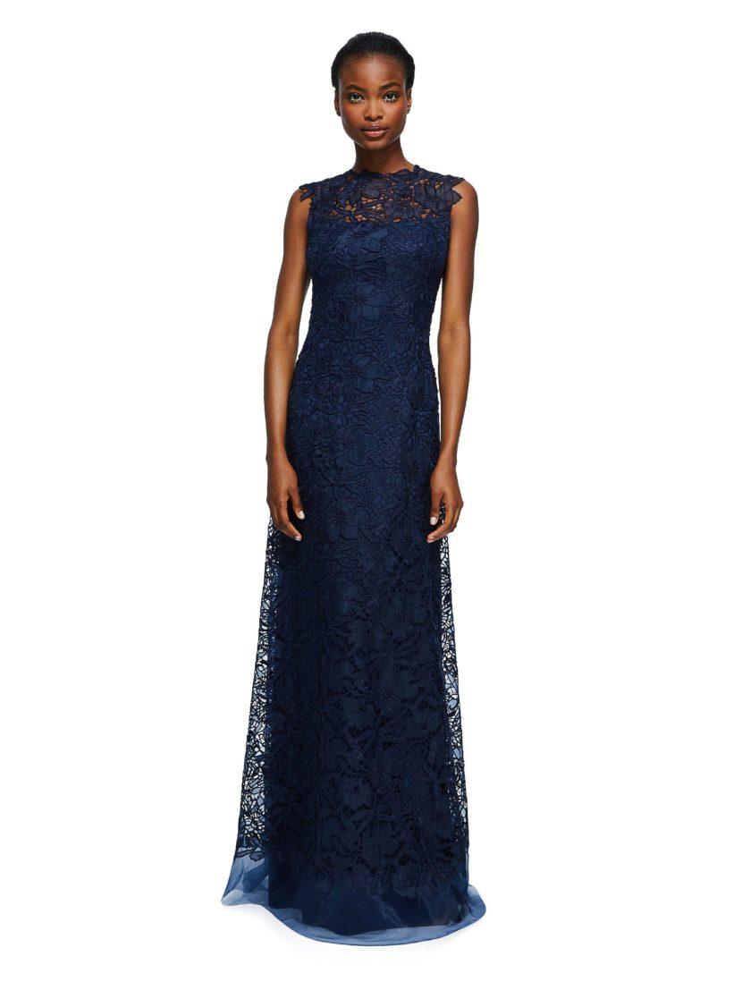 Темно-синее вечернее платье прямого кроя, покрытое кружевом.