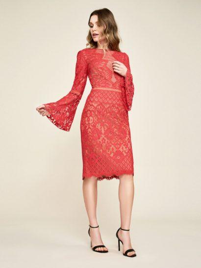 Красное вечернее платье с длинным рукавом и золотистой подкладкой.