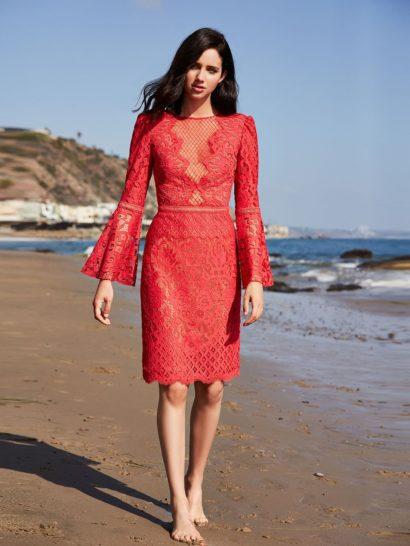 Впечатляющий вырез декольте, оформленного кружевом, дополнен в вечернем платье женственными рукавами-колокольчиками. Насыщенный красный оттенок изящно оттеняет золотистая подкладка из трикотажной ткани. Спинка вечернего платья оформлена скрытой молнией.