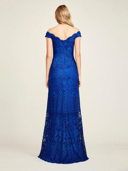 Яркое синее вечернее платье с портретным декольте и юбкой в пол.
