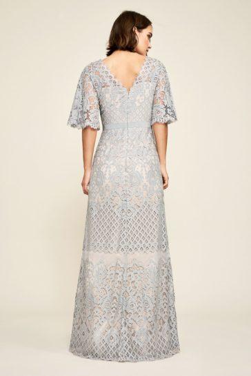 Дымчато-серое вечернее платье со стильным V-образным декольте.