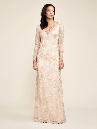 Деликатный цветочный рисунок кружева дополняет грациозный силуэт вечернего платья. Кружевная ткань очерчивает V-образное декольте, которое сочетается со сдержанными длинными рукавами и юбкой в пол, выполненной в А-силуэте. Дополнить платье помогает трикотажная подкладка по всей длине, гарантирующая безупречную посадку по фигуре.