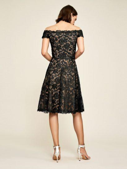 Черное коктейльное платье с элегантным портретным вырезом.