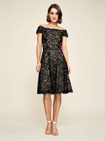 Создайте безупречный вечерний образ с черным коктейльным платьем, по всей длине декорированным цветочной кружевной тканью. Классические линии портретного декольте дополнены широкими бретелями и прозрачной вставкой над вырезом. В качестве подкладки использована трикотажная ткань.