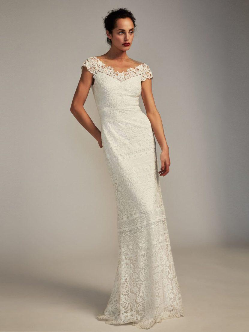 Белое вечернее платье с кружевом и портретным декольте.