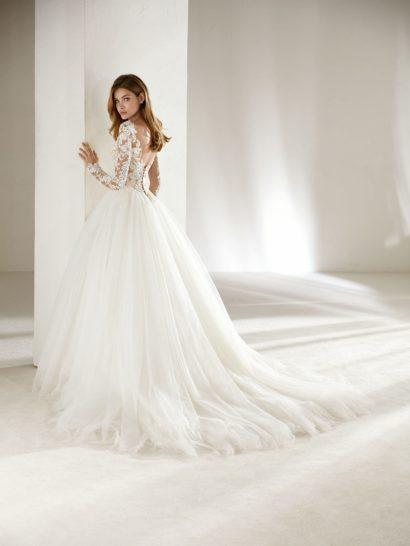 Воздушное свадебное платье с длинным кружевным рукавом и роскошным шлейфом.