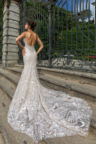 Свадебное платье «рыбка» с открытой спинкой и кружевным декором.