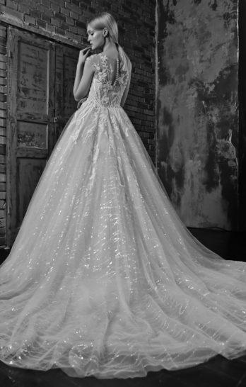 Пышное свадебное платье с накидкой и отделкой пайетками.