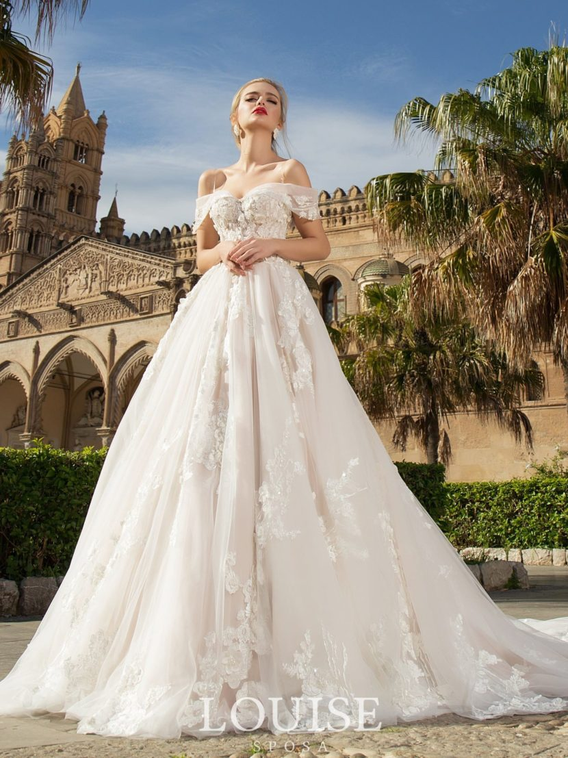 Пышное свадебное платье айвори с изысканным портретным декольте.