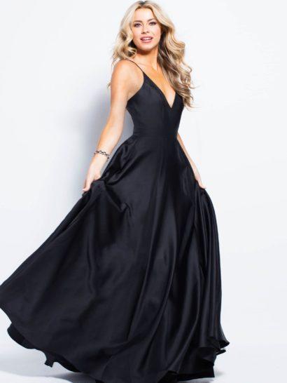 Драматичное вечернее платье произведет впечатление на всех окружающих. Комбинация классического черного цвета и минималистичного стиля это невероятно красиво. Юбка А-силуэта декорирована вертикальными складками, скрытыми карманами и небольшим шлейфом. Верх на бретелях-спагетти образует V-образное декольте. Спинка также открыта и оформлена скрытой застежкой-молнией.