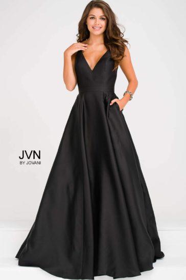 Черное вечернее платье с юбкой А-силуэта и открытой спиной.