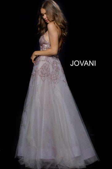Вечернее платье с бисерной отделкой и оригинальной верхней юбкой.