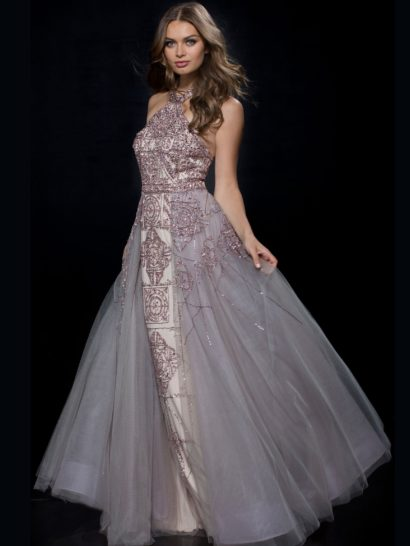 Необычное вечернее платье со сверкающей бисерной вышивкой и объемной полупрозрачной верхней юбкой. Открытый верх без рукавов отличается высоким вырезом «халтер» и открытой спинкой. Он полностью покрыт плотным бисерным узором, который становится более лаконичным на юбке. Спинку дополняет скрытая молния.