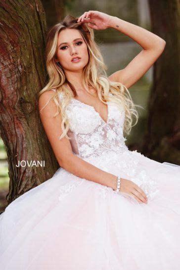 Белое вечернее платье с открытой спинкой и бальным силуэтом.