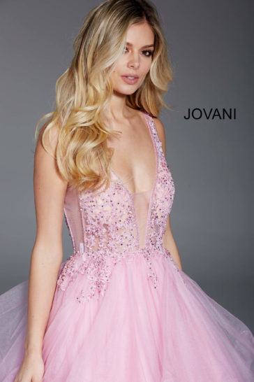 Розовое вечернее платье с открытой спинкой и пышными оборками по юбке.