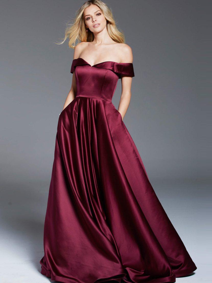 Винное вечернее платье с широкими бретелями и шлейфом.