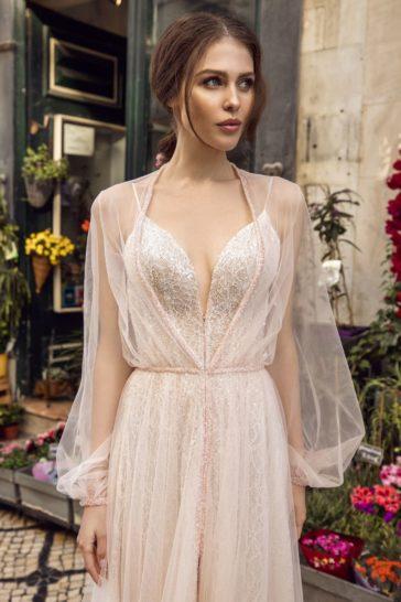 Свадебное платье айвори с роскошным шлейфом и длинным рукавом.