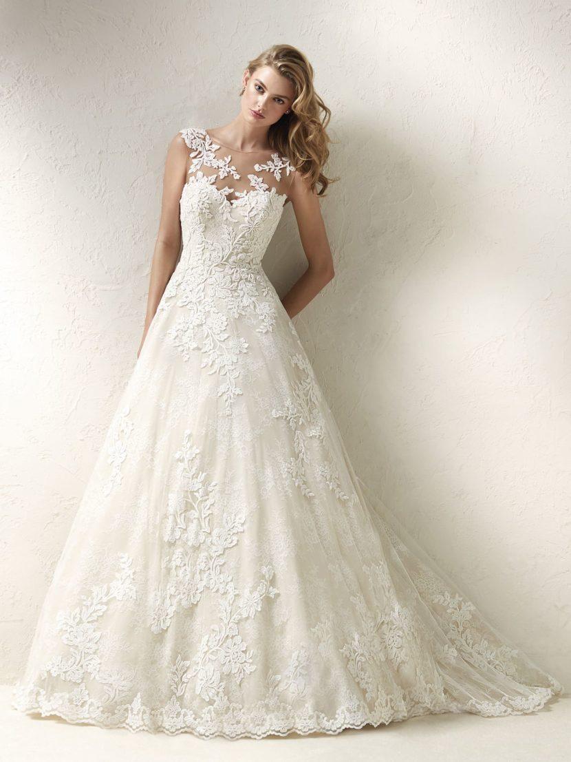 Пышное свадебное платье с роскошной отделкой аппликациями.