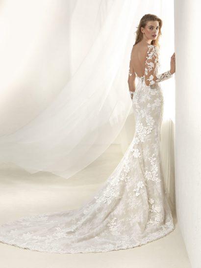 Свадебное платье «русалка» с рукавом и сияющим декором.