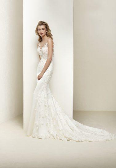 Свадебное платье «русалка» с V-образным лифом и открытой спиной.