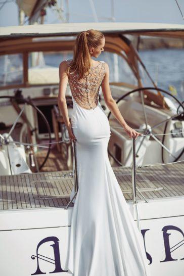 Свадебное платье с закрытым лифом и полупрозрачной вставкой на спинке.