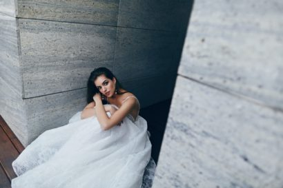 Пышное свадебное платье с глубокими вырезами на лифе.