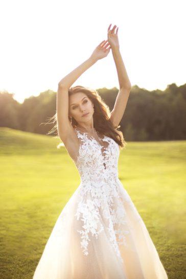 Персиковое свадебное платье пышного силуэта с белым кружевом.