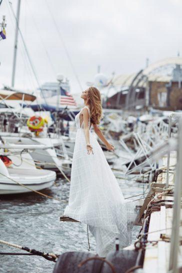 Свадебное платье А-силуэта с глубокими вырезами и шлейфом.