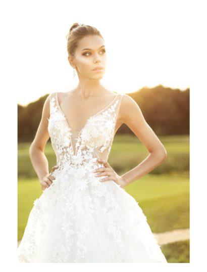 Пышное свадебное платье с иллюзией прозрачности и V-образным вырезом.