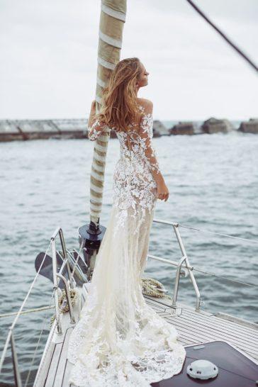 Облегающее свадебное платье с иллюзией прозрачности и длинным рукавом.