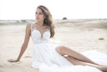Свадебное платье с высокими разрезами на юбке и открытой спиной.