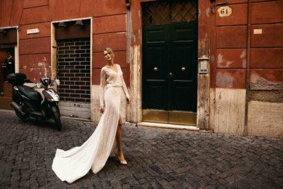 Прямое свадебное платье с длинным рукавом и глубоким вырезом.