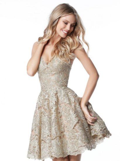 Оригинальное вечернее платье в оттенках золотистого прекрасно подчеркивает фигуру благодаря комбинации короткой юбки А-силуэта и открытого лифа на бретельках. На спинке также располагается стильный вырез. По всей длине платье покрыто слоем плотного фактурного кружева, мягкое сияние которого гарантирует великолепное настроение в торжественный момент.