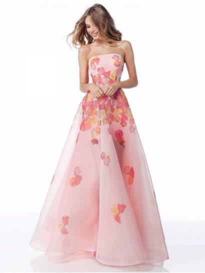 Очаровательный праздничный образ создает вечернее платье из розовой органзы, покрытой цветочным рисунком. Лаконичный лиф прямого кроя безупречно выделяет область декольте, не делая наряд чрезмерно соблазнительным. Многослойная юбка А-силуэта в пол, полупрозрачная от середины бедра, обеспечивает образу яркое настроение и придает фигуре хрупкость.