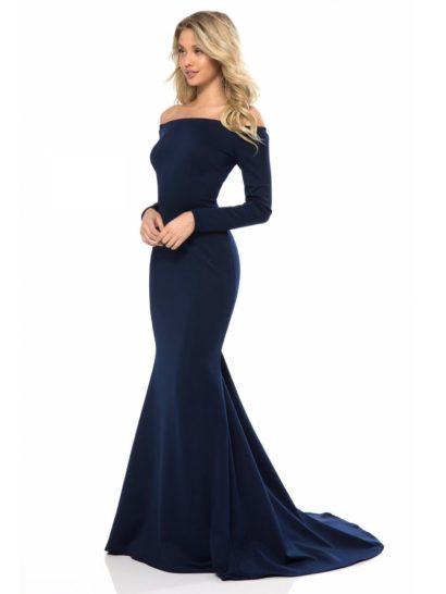 Глубокий темно-синий оттенок вечернего платья служит отличной основой образа, а изысканный силуэт «русалка» его замечательно дополняет. Платье полностью выполнено из трикотажа, мягко обрисовывающего фигуру. Портретный вырез декольте подчеркивает плечи, а дополнением стильного верха служат длинные облегающие рукава.