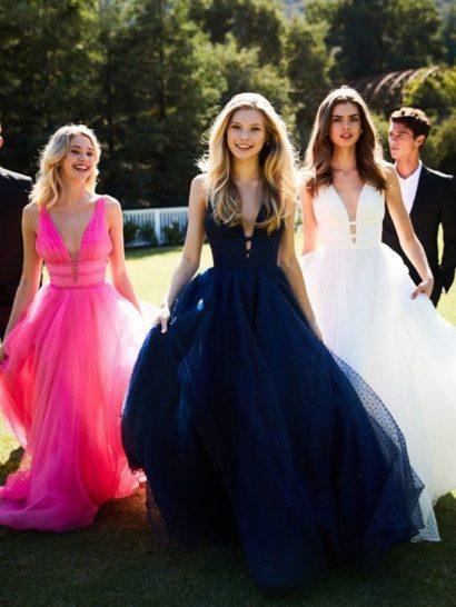 Роскошное вечернее платье темно-синего цвета с бальным силуэтом наполнено праздничным настроением. Главным акцентом в силуэте становится глубокий V-образный вырез декольте на узких бретелях. Несколько узких поясов необычно очерчивают область талии. По всей длине платье покрыто слоем полупрозрачной ткани в мелкий горошек, подобранной в тон подкладке.