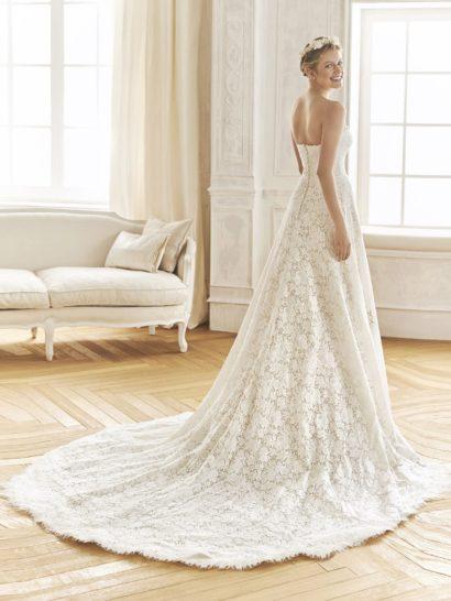 Свадебное платье «принцесса», полностью оформленное кружевом.