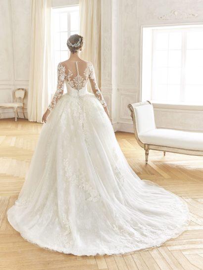 Пышное свадебное платье с полупрозрачным рукавом и кружевом.