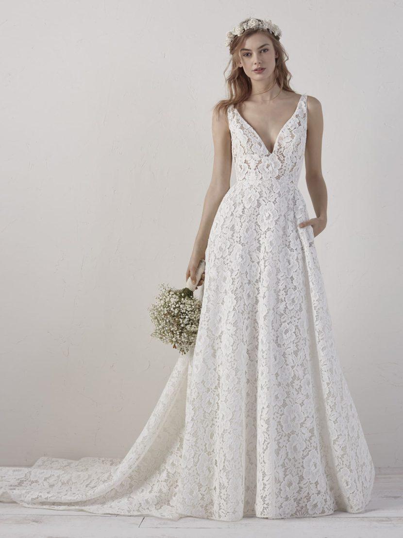 Кружевное свадебное платье А-силуэта с открытой спиной.