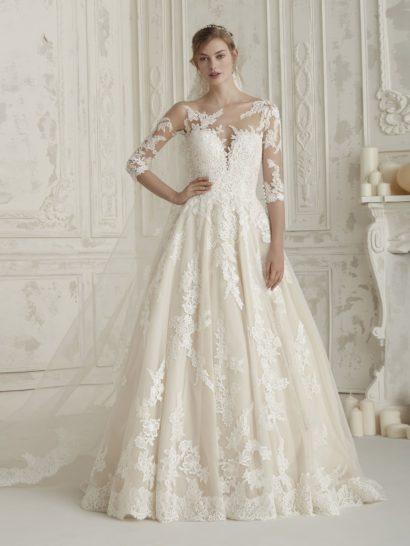 Безупречная, классическая красота силуэта «принцесса» в свадебном платье воплощена с вниманием к каждой детали. Нежные аппликации на прозрачной ткани, дополняющие открытый корсет «сердечком», смотрятся в меру соблазнительно и красиво оформляют платье сзади. Юбка по всей длине также украшена цветочными аппликациями, кроме того, ее декорирует элегантный шлейф, спускающийся от уровня талии.