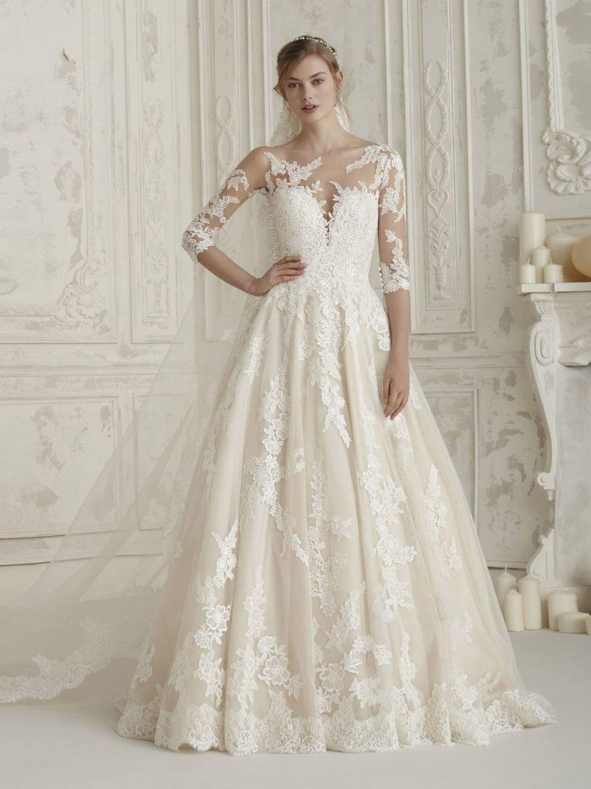 Свадебное платье А-силуэта с кружевным декором и прозрачным рукавом.