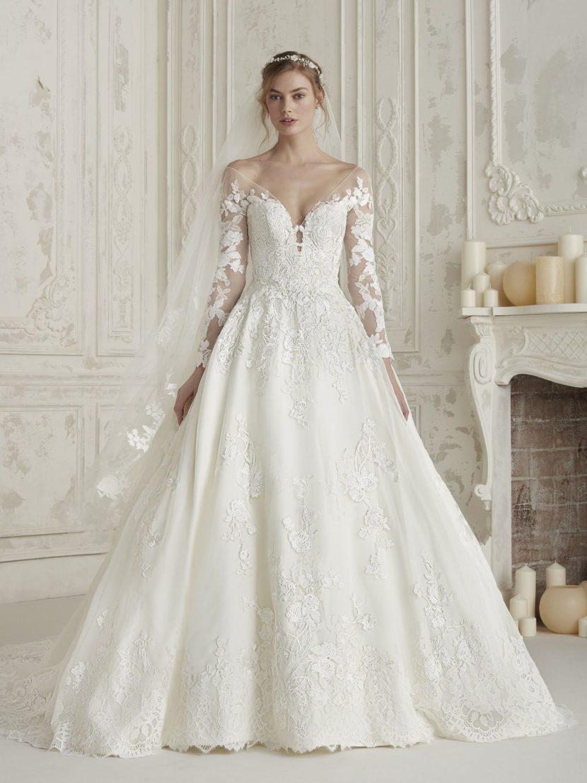 Кружевное свадебное платье А-силуэта с длинным тонким рукавом.