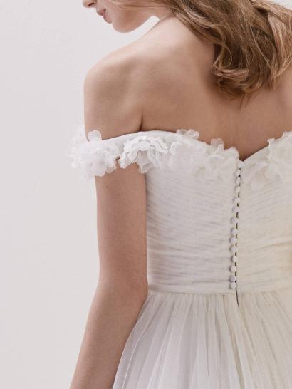 Свадебное платье «принцесса» со шлейфом и отделкой бутонами.