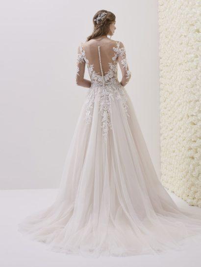 Свадебное платье А-силуэта с прозрачной спинкой и кружевом.
