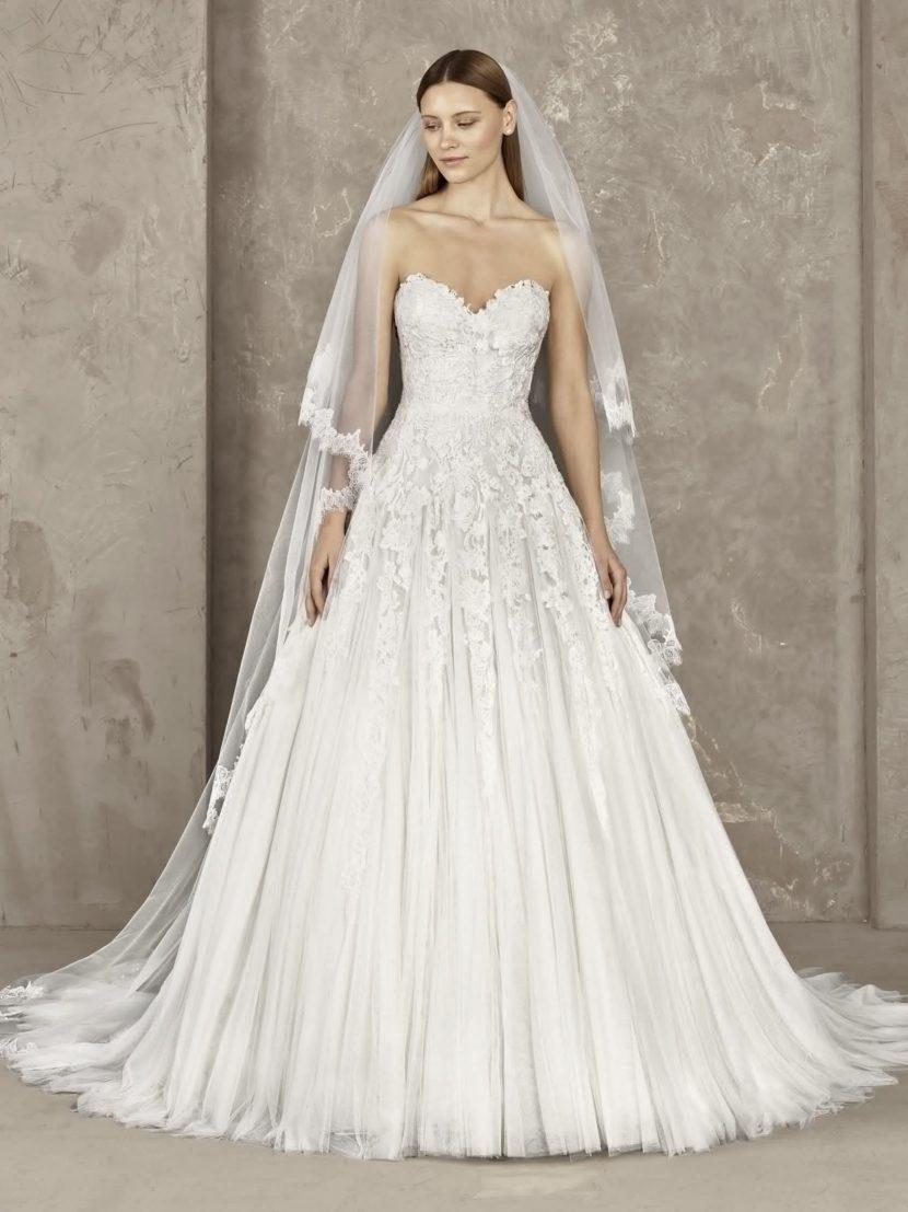 Свадебное платье «принцесса» с открытым кружевным корсетом.