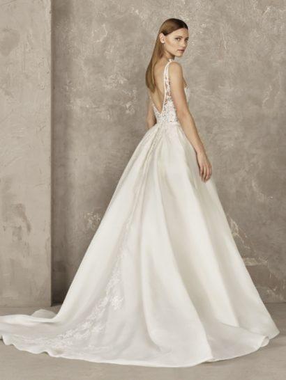 Свадебное платье А-силуэта с полупрозрачным лифом и атласной юбкой.