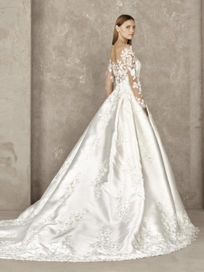 Свадебное платье пышного кроя с атласной юбкой и кружевом.
