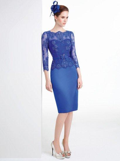 Коктейльное платье-футляр с стиле 60-х выполнено в ярком синем цвете.  Верх дополнен ажурным топом, который скрывает открытый вырез сердечком и образует фигурный вырез у горла, а также прямые рукава длиной в три четверти.  Талию обрисовывает узкий атласный пояс с завязанным спереди маленьким кокетливым бантом.  Сдержанная юбка длиной до колена прекрасно дополняет образ своей лаконичностью.  Наденьте это платье на встречуНовогоГода!