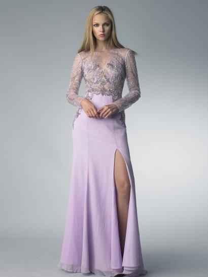 Нежный лиловый оттенок вечернего платья стильно сочетается с чувственным кроем – прямая юбка обнажает ноги высоким разрезом сбоку.  Верх выполнен из полупрозрачной ткани, которая образует элегантный вырез и длинные рукава прямого кроя.  Вся вставка расшита сияющим растительным узором в серебристых и лиловых тонах. Узор выполнен из пайеток и бисера, на лифе он становится плотнее, а на рукавах – реже.  Платье идеальноподойдет для встречи Нового года!